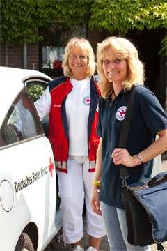 Pflegerinnen vor ASD-Fahrzeug