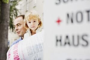 Kind mit Vater und Spende
