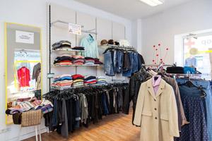 Warenangebot auf Regalen und Kleiderständern