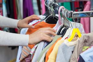 Hände wählen Kleidung aus (I)