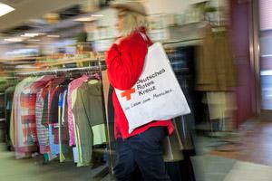 Kleiderläden - Kundin in Bewegung mit Tasche über der Schulter (II)