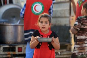 Verbreitungsarbeit: Irak - Flüchtlingsmädchen mit Suppenteller  - Ihr Browser unterdrückt die Anzeige der Bilder. Bitte Grafiken zulassen oder Bilder anzeigen lassen.
