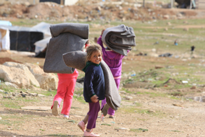 Flüchtlingscamp Jawa - Flüchtlingskinder tragen Decken