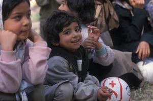 Flüchtlingskinder mit Ball - Ihr Browser unterdrückt die Anzeige der Bilder. Bitte Grafiken zulassen oder Bilder anzeigen lassen.