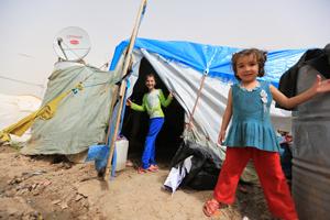 Flüchtlingsmädchen vor einem Zelt