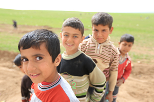 Flüchtlingsjungen schauen in die Kamera