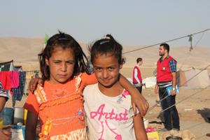 Flüchtlingsmädchen Arm in Arm