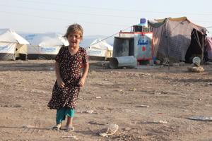 Flüchtlingsmädchen im gepunkteten Kleid im Flüchtlingscamp in Sulaymaniyah