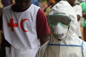 Ebola- Ein freiwilliger Helfer mit Maske und Schutzanzug in Sierra Leone