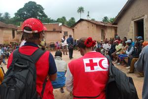 Ebola - Freiwillige Helfer klären eine Dorfgemeinschaft über die Gefahren der Seuche in Guinea