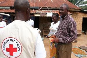 Ebola - Ein Überlebender der Seuche bedankt sich einem Helfer des Liberianischen Roten Kreuzes