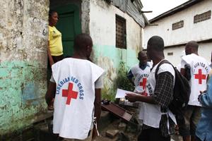 Ebola - Helfer des Liberianischen Roten Kreuzes klären eine Frau über die Gefahren der Seuche auf
