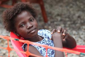 Ebola - Junges überlebendes Mädchen in Sierra Leone