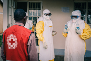 Ebola - Helfer vor der Isolierstation in Luwero, Uganda